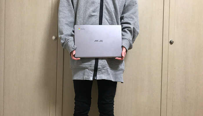 ChromeBook_C223NA-GJ0018_手で持つ