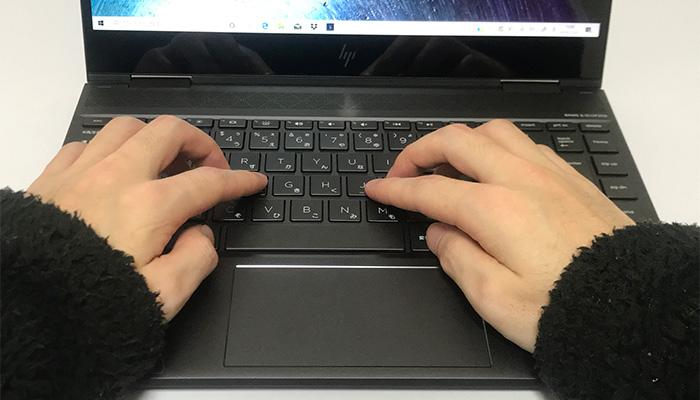 envy-x360-13-ar0000 キーボードに手を置く