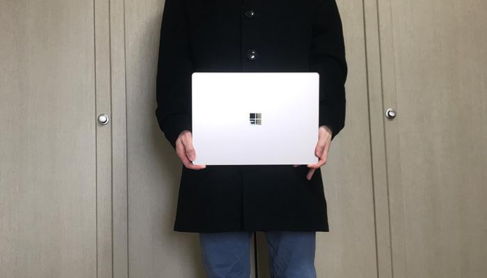 Laptop3 手で持つ