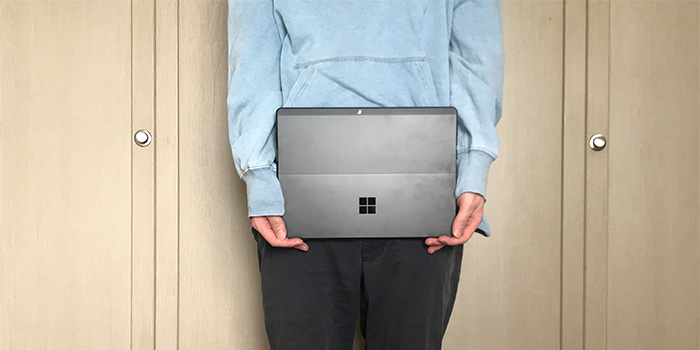 Surface Pro X 手で持った大きさ