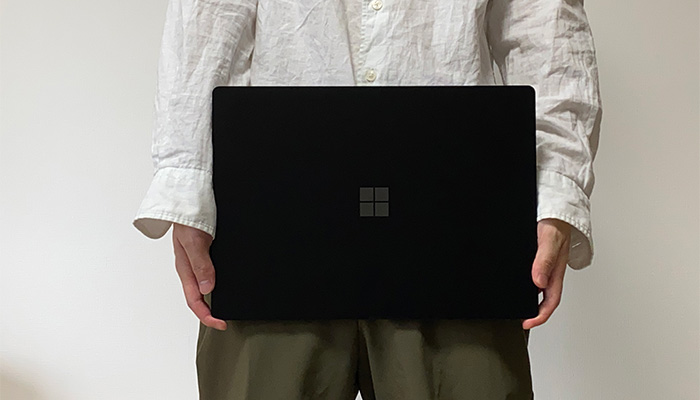 Surface_laptop4_15ryzenの手で持つ